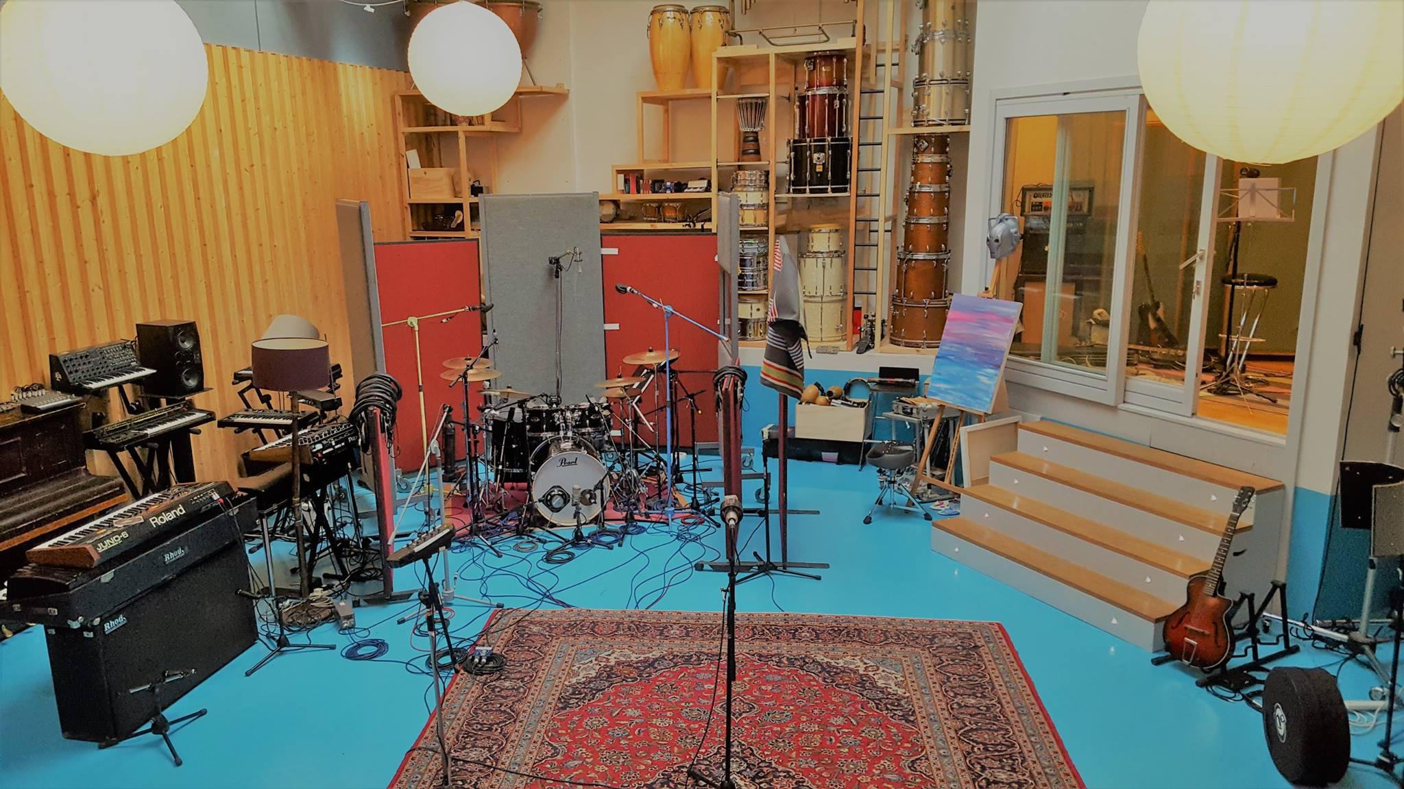 miloco-studios-pool-wide-shot